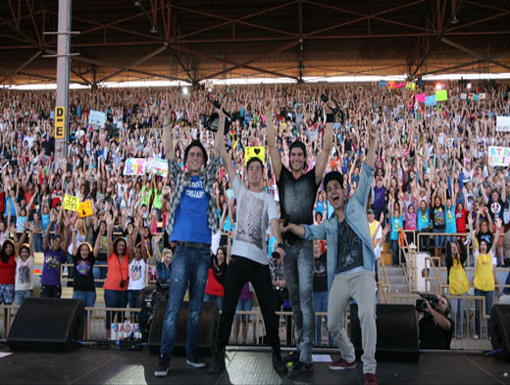 Party Pose|The Boys strike their signature pose at the end of the concert. Check out all those fans!