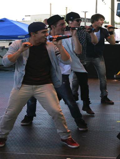 Sneak Peek|Logan, James, Kendall, and Carlos warm up before the show by practicing their dance moves.