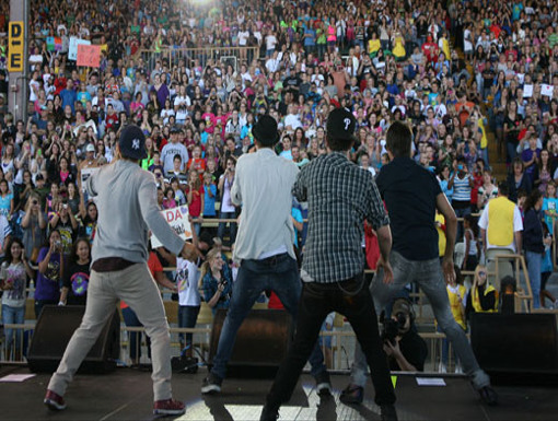 Oh So Famous|The crowd goes bonkers for BTR as they show their stuff on stage.