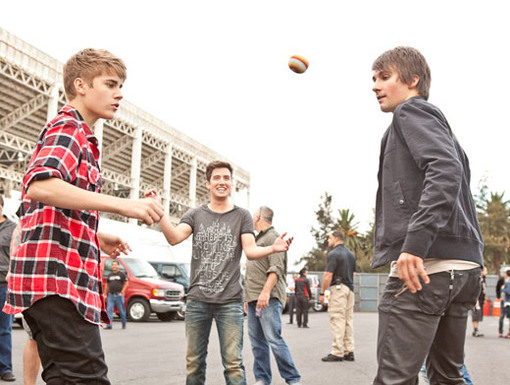 Game On!|Bieber and the boys battled it out in a backstage hacky sack challenge before the show kicked off.