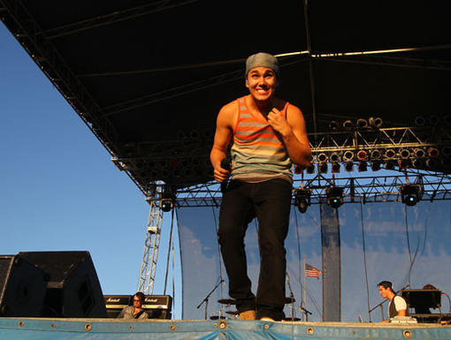 Cowabunga!|To crowd surf? Or not to crowd surf? That's the question on Carlos Pena's mind.