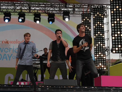 WIsh Come True|It looks like Victoria's wish is coming true. Big Time Rush is heading back to the stage for one more song.