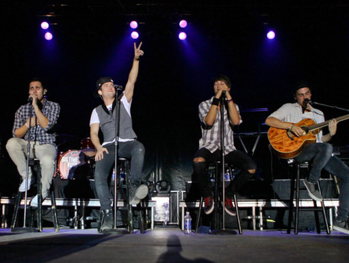 Peace, Love, and BTR|Logan was keeping the peace during this awesome acoustic performance.