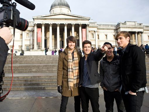 Touring the Town|The BTR boys admire the statues and sculptures in London's famous Trafalgar Square.
