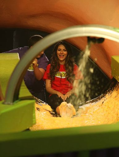 Mentoring Munck|Noah Munck gives Victoria Justice a little pep talk before she dives down the drain. Don't be afraid Vicky, just don't look down!