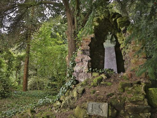 Ghostly Grave|Ah, the grave of Frobisher Smythe, what dark secrets lie there?