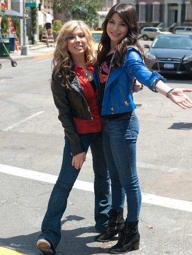 BFFs|Jennette and Miranda def look like they're enjoying their time in the Big Apple!