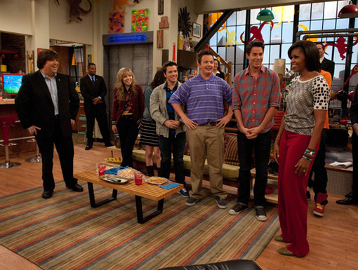 First Look|The iCarly cast and creator Dan Schneider get their first look at the First Lady...She's a lot taller than we expected.