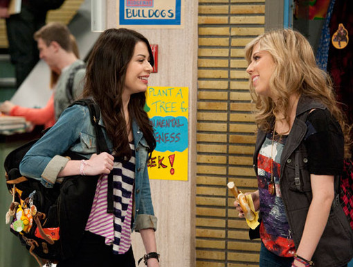 Hallway Hello|Don't worry, even though Sam's got a new beau, she still has time for her best friend, Carly!