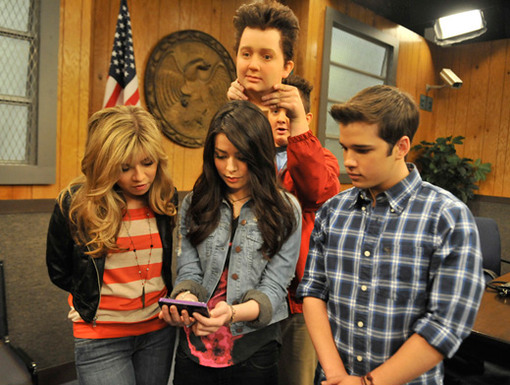 Face Time|Jennette, Nathan, and Miranda are so busy fiddling with their phone, they have Noah idea what's behind them!