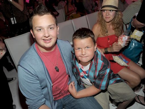 Funky Munckys|Aren't these two lovable brothers the cutest? Noah and Ethan Munck showed some brotherly love to the cameras right before the opening credits.