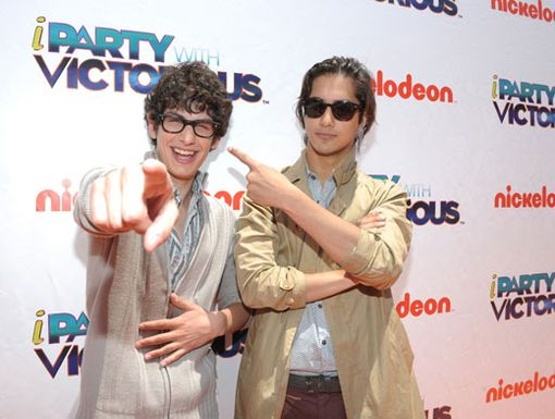 Whodunit?|Avan Jogia and Matt Bennett were pointing fingers during this fun premiere paparazzi shot.
