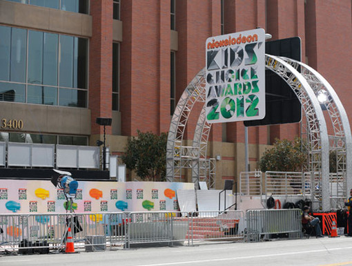 Gateway To The KCAs|Still under construction, in less than 24 hours this magnificent arch will usher the world's brightest talents into the greatest show on Earth.