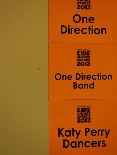 Happenin 'Hang Out | Mientras se escabullía en el backstage, nos dimos cuenta de que PK y 1D se salir antes de que se suben al escenario de sus actuaciones!