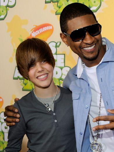 Justin Bieber and Usher walked the orange carpet together at the '09 KCAs.