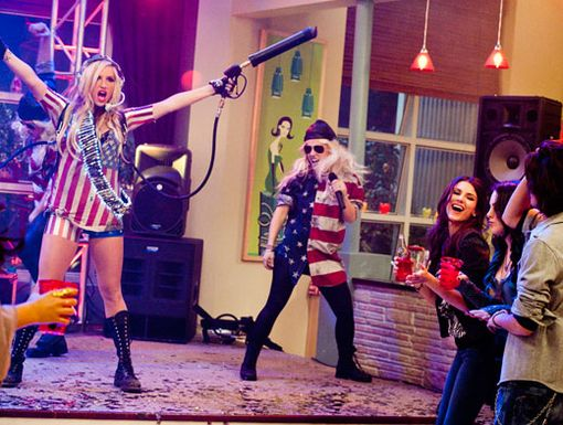 Red, White, and Hallaballoo|It's a patriotic party when Ke$ha hits the Victorious set with her side-singing soldiers. Armed and dangerously fabulous!