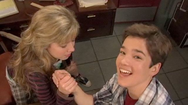 "Extra Scoop: iCarly: ""Getting to Know You"""