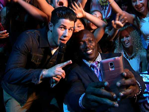 """Kids' Choice Awards 2015: """"Nick Jonas Chats with Terrell Owens and Al Roker"""""""