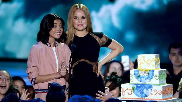 Kids' Choice Awards 2016: Sarah Hyland and Debby Ryan Present Favorite Cooking Show