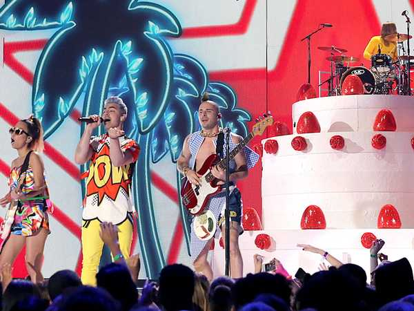 Kids' Choice Awards 2016: DNCE Performs 'Cake By The Ocean'